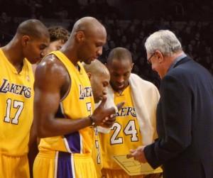Los jugadores de Los Angeles Lakers escuchan atento las instrucciones de su coach, Phil Jackson